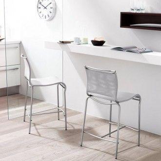 Sgabello da cucina in tessuto Air di Calligaris con struttura in metallo cromato, seduta e schienale in tessuto net grigio