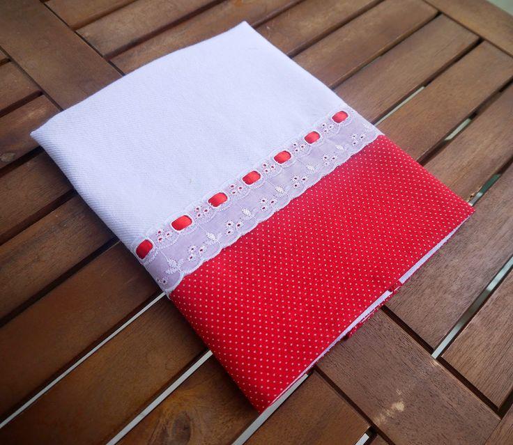 Pano de prato  com barrado de tecido vermelho com bolinhos brancos decorado com bordado inglês e fita cetim Tamanho: app. 44cm x 65cm