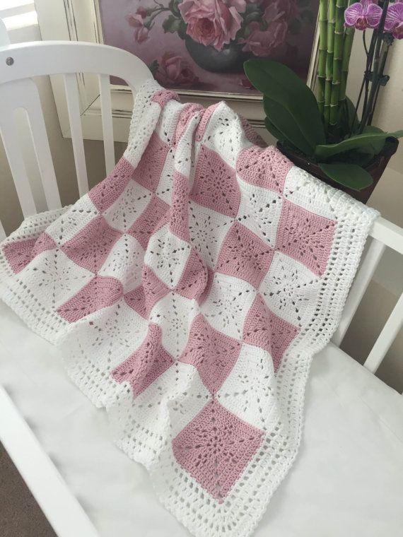 Crochet bebé manta o lanzar patrón - Plaza de Arielle  .•*¨*•.¸♥¸.•*¨*•.¸♥¸.•*¨*•.¸♥¸.•*¨*•.¸♥¸.•*¨*•.¸♥¸.•*¨*•.¸♥¸.•*¨*•.¸♥¸.•*¨*•.¸♥¸.•*¨*•.¸  Este modelo fue diseñado para mi sobrina como regalo de bodas. Quería un cuadrado simple pero atemporal que podría utilizarse para un tiro, manta del bebé, o incluso como un corredor de la tabla. Salió muy elegante. Se trata de su go al patrón para un regalo o bebé la ducha de la boda.  La Plaza es muy fácil, especialmente porque es un color, así…