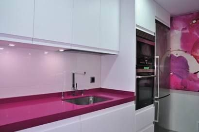 Cocinas cocina moderna modelo lisboa seda con encimera de silestone color fucsia cocinas - Cocinas rosa fucsia ...