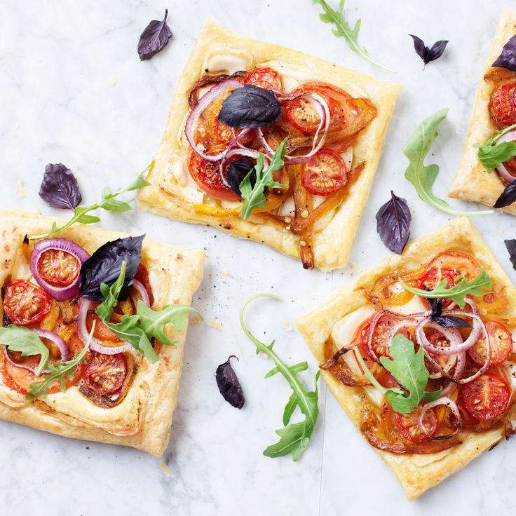 Deze tomaat-paprika taartjes met geitenkaas zijn heerlijk! De Machedoux geitenkaas doet het uitstekend bij de gegrilde paprika en tomaten.