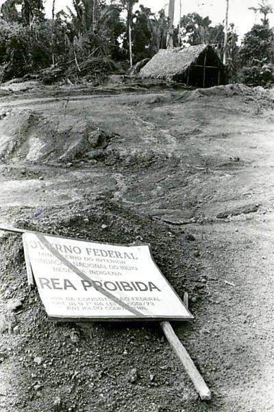 """Transamazônica - """"Na beira da Transamazônica, placa caída anunciando que se trata de reserva indígena dos Parakanãs"""""""