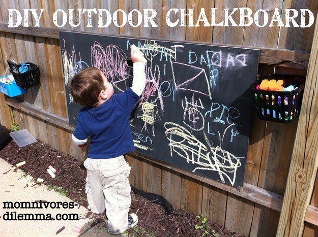 Autre super idée pour le jardin : un tableau noir d'extérieur.   19 projets de bricolage qui vont époustoufler vos enfants