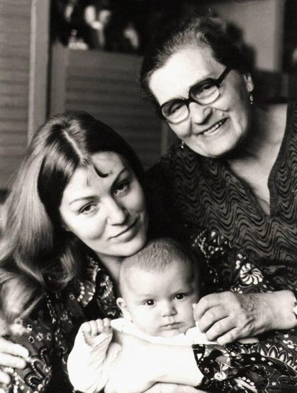 Домашние черно-белые фото всенародно любимых звёзд Анна Герман с сыном Збышеком и мамой