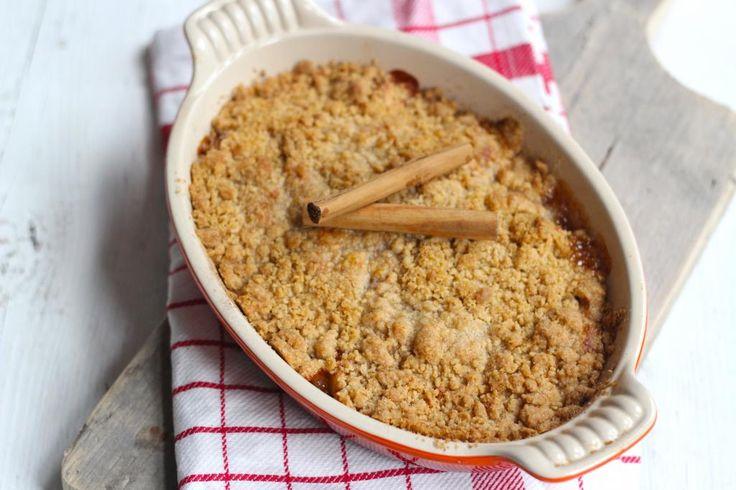 Heb je zin om appel kruimel te maken? Maak dan eens deze variant van appel kruimel met spijs. Zo lekker en simpel!