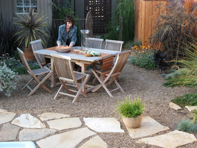 Choose natural stone and pea gravel for a low-key look. If you are going for a natural, casual look in your yard, look for stone with rough edges rather than precise pavers, and skip the concrete in favor of rustic (and inexpensive) pea gravel. This combination is budget friendly and chic, calling to mind the relaxed outdoor areas of homes in Provence and Tuscany.