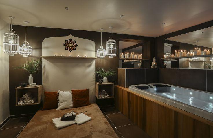 Nice Time Spa. Pohled na masážní lehátko a vanu.