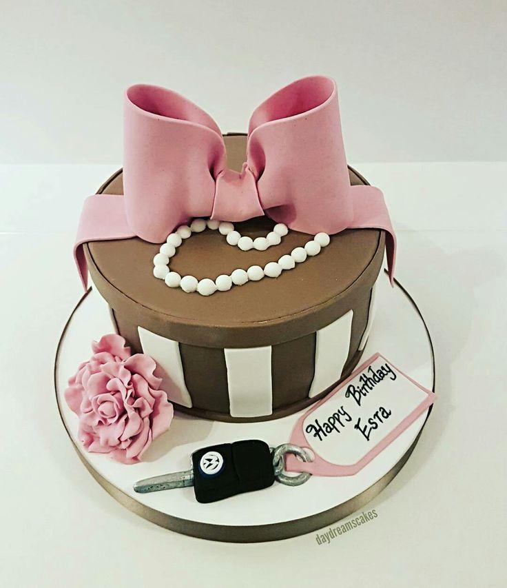 Happy birthday Esra😊♥🎀 @daydreamscakes #daydreamscakes #hediyekutusu #geschenkebox #giftbox #masche #fiyonk #inciler #perlen #gül #rose #vwanahtar #kakaoteig #kakaokek #bögürtlenlipasta #waldbeerentorte #wildberriescake #sugarart #sugarcraft #sugarcakes #cakeart #cakedesign #caketopper #ganache  #fondant