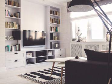 Biało-czarny salon z geometrycznymi motywami nawiązuje do stylu nowoczesnego oraz skandynawskiego. Zabudowana ściana...