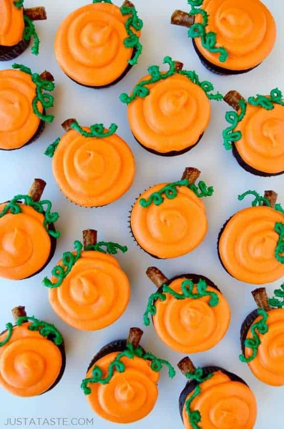 Chocolate Halloween Cupcakes with Cream Cheese Frosting Recipe - how to decorate cupcakes for halloween