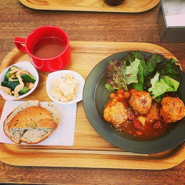 cafe634で、ランチタイム。 肉団子のプレートにしました。 自家製ベーグルを 選びました。 副菜2品が、ついてきます。 スープは、豆腐、油揚げの入ったお味噌汁でした。 とっても、美味しいです。  #銀座#cafe634#ランチ#肉団子#ベーグル#味噌汁#豆#カフェ#お昼ご飯#トマト煮込み#美味しいもの #lunch#肉#きゅうり#鶏肉#レタス#豆腐#油揚げ