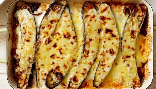 Μελιτζάνες με κιμά και ελαφριά μπεσαμέλ στο φούρνο