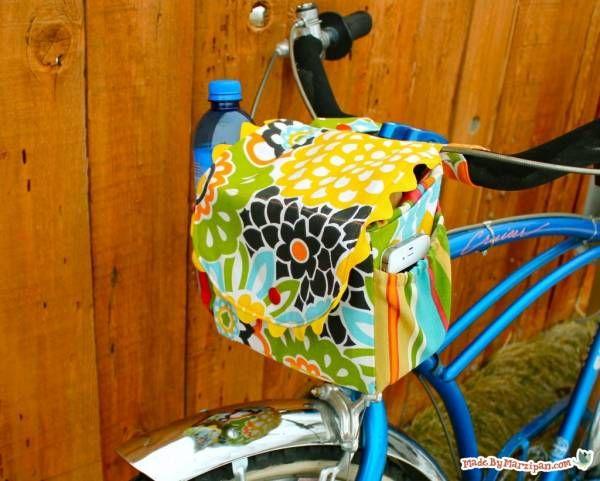 Cette sacoche est parfaite pour transporter votre appareil photo, un encas, votre téléphone et tout ce que vous ne pouvez pas portez dans vos bras quand vous faites du vélo ! J'avais déjà présenté des sacoches à mettre sur le porte-bagages mais celle-ci se place sur le devant du vélo et le tuto vient de Made by Marzipan.