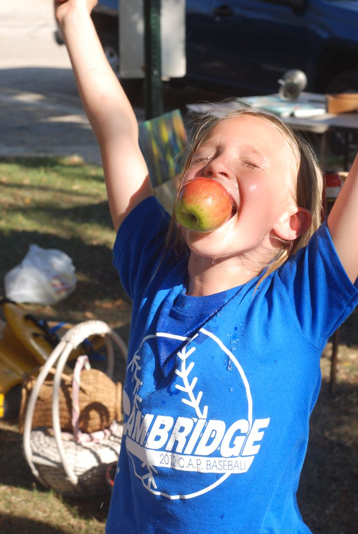Bobbing for Apples - And she scores!