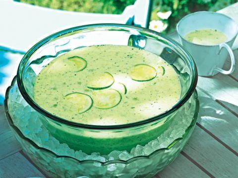 Aus unserer Reihe leckerer Diätrezepte kommt diese Vorspeise als besonders erfrischende Rezeptidee daher. Eine kalte Suppe aus Joghurt, Zucchini, Limette und Minze.
