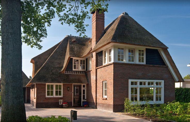 Asymmetrische rietgedekte villa in plan Veldekster te Ugchelen (Apeldoorn), - 01architecten - Ontworpen door Dennis Kemper tijdens de periode dat hij bij EVE-architecten werkte.