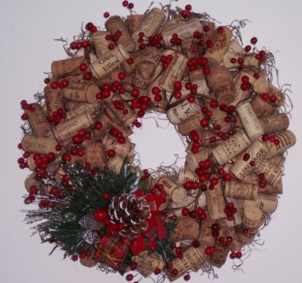 Cork wreath - Great idea, could use grapes and flowers to make it an all year long wreath.