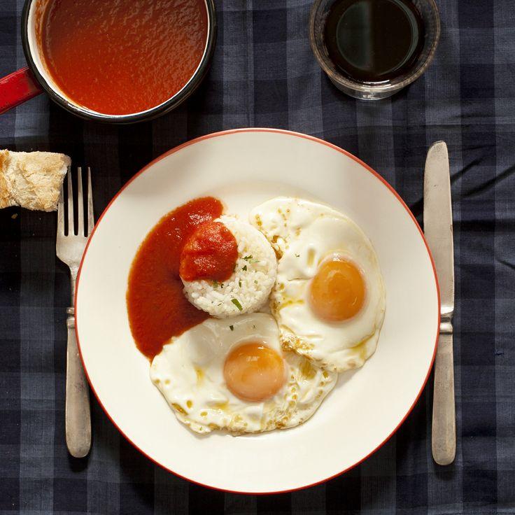 Huveos trufados a la cubana. Ver la receta en http://www.petramora.com/blog/recetas-menu-lat/arroz/huevos-trufados-a-la-cubana/