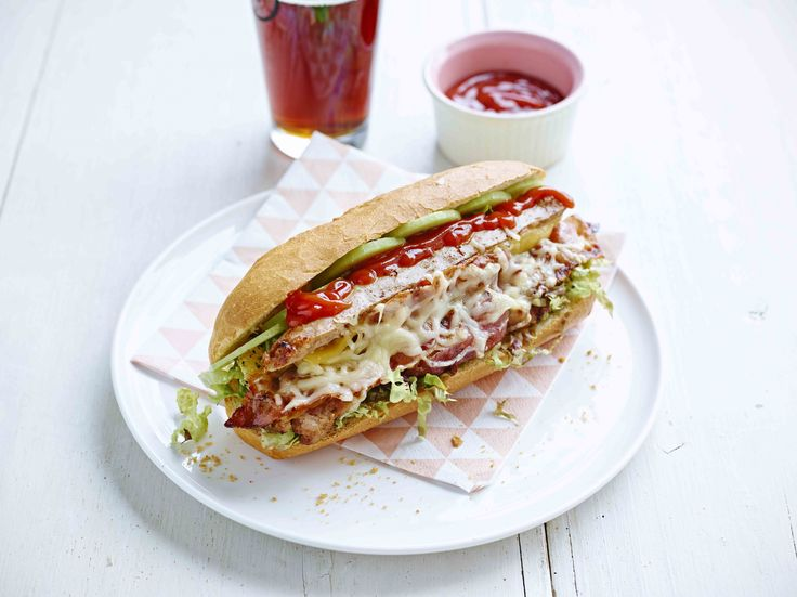 Een overheerlijke hotdog met spek en kaas, die maak je met dit recept. Smakelijk!