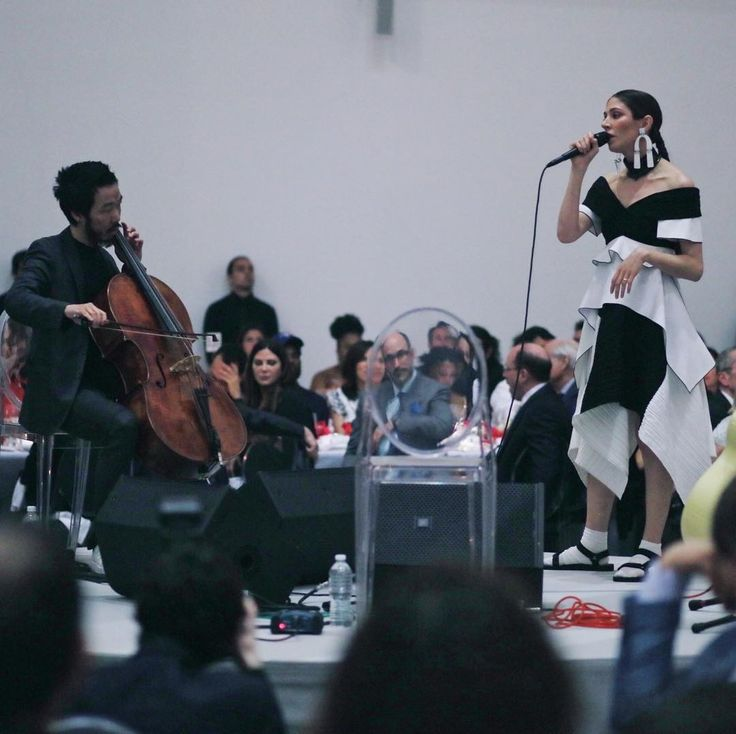 """Our guest performer is Caroline Polachek (@carolineplz), formerly of the band Chairlift. She performed """"Hallelujah"""" and """"Time After Time,"""" accompanied by a guitar and cello! #MoMAPS1 📷:@charlesroussel"""