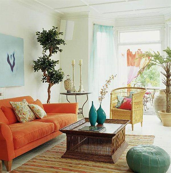 Яркий цвет гостиной голубой и оранжевый