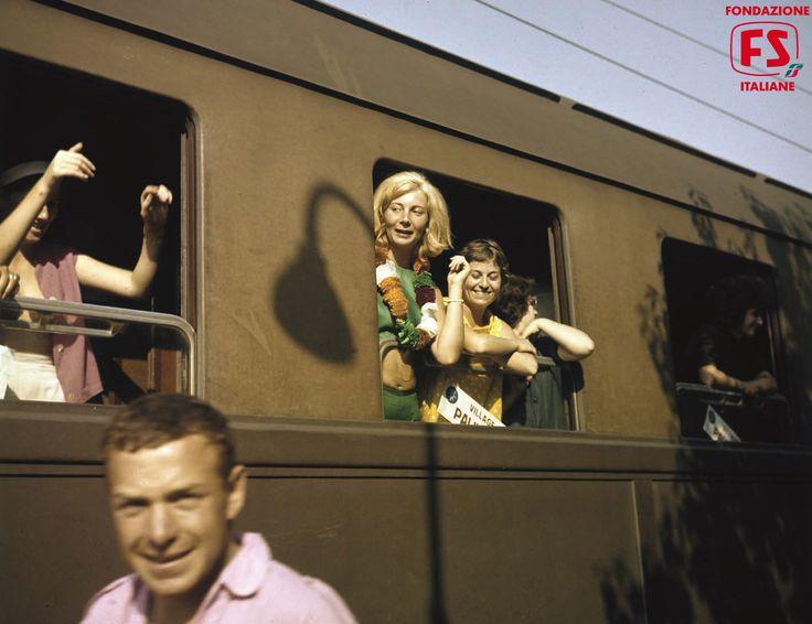 La stazione Arrivi e partenze viaggiatori in partenza da Firenze per la Versilia. Treno del Mare (1961)