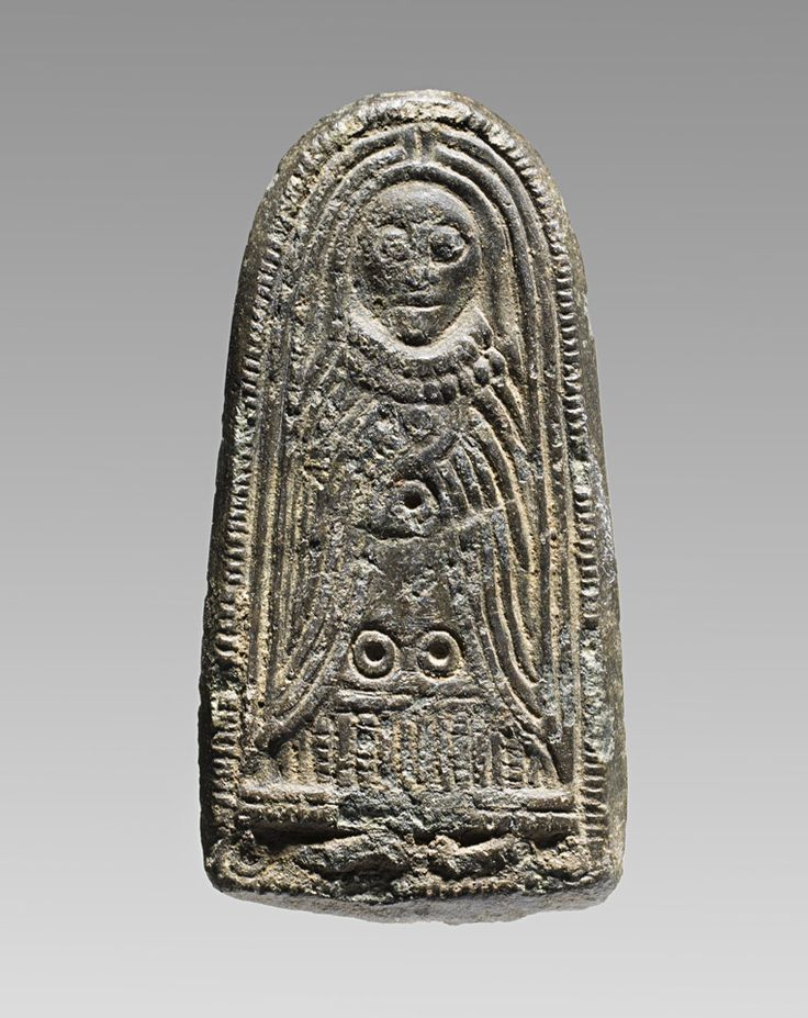 Iron Age/Jernalder: Guldgubbepatricen forestiller en kvinde med skulderlangt hår, som er dækket af et slør. Det når helt ned til fødderne, der titter frem under hendes lange kjole. Hun bærer også en dobbelt perlekæde om halsen og en kappe over skuldrene. Foto Nationalmuseet.