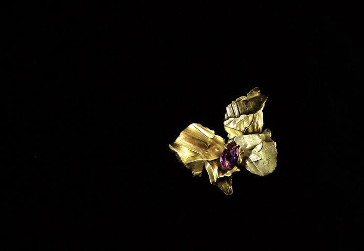 Monarch brooch-pendant by Bon Ton Joyaux, 14 k yellow gold, amethyst.
