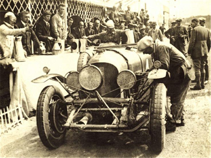 Bentley 4 1/2 Litre Ganador de las 24 Horas de Le Mans de 1928 con los pilotos Woolf Barnato y Bernard Rubin. http://blog.autosdiamond.com