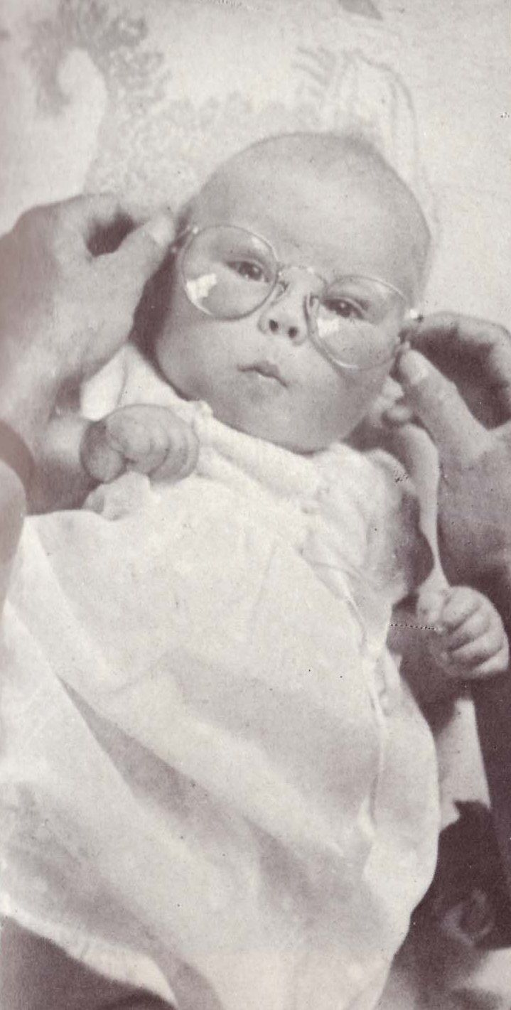 Baby Beatrix met de bril van vader Bernhard, 1938