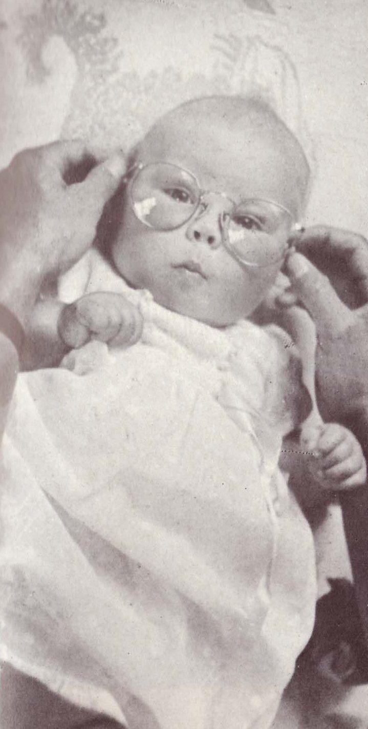 Baby Beatrix met de bril van vader Bernhard, 1938 Baby Beatrix with her daddy's glasses, 1938.