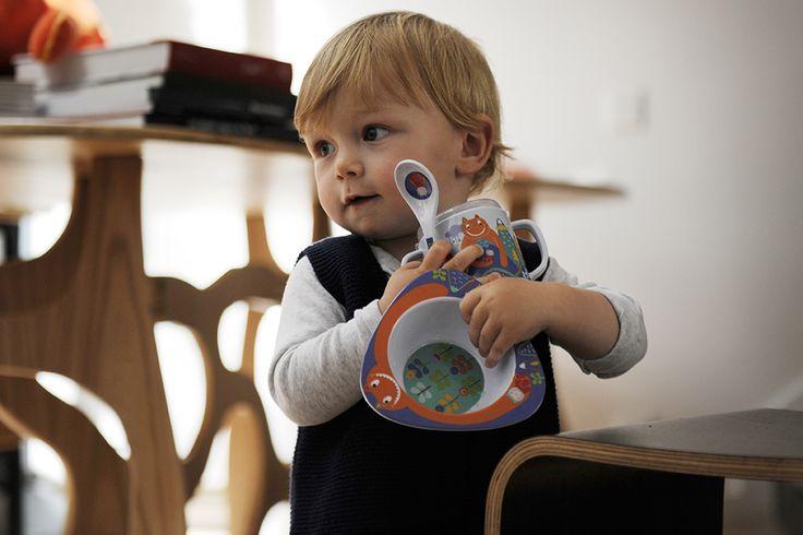 Vadim avec sa cuillère, son bol et son mug