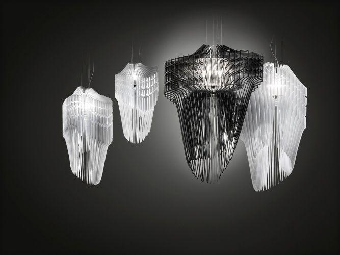 As luminárias Aria e Avia (brancas) foram desenhadas pela arquiteta Zaha Hadid para a Slamp (www.slamp.it). As peças são constituídas por lâminas de Cristalflex e Opalflex, respectivamente, tecnopolímeros patenteados pela empresa fabricante. Ambas foram expostas na edição 2013 do Salão de Milão, que apresentava as novidades da iluminação na Euroluce