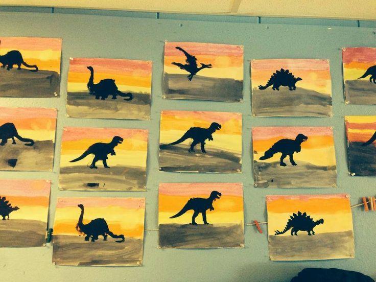 papier manille et peinture en pastilles. Les élèves ont appliqué la peinture en faisant des grandes lignes horizontales, et les dinosaures sont faits au pochoir, avec un petit rouleau de peinture noire. Le soleil est fait au pastel sec.