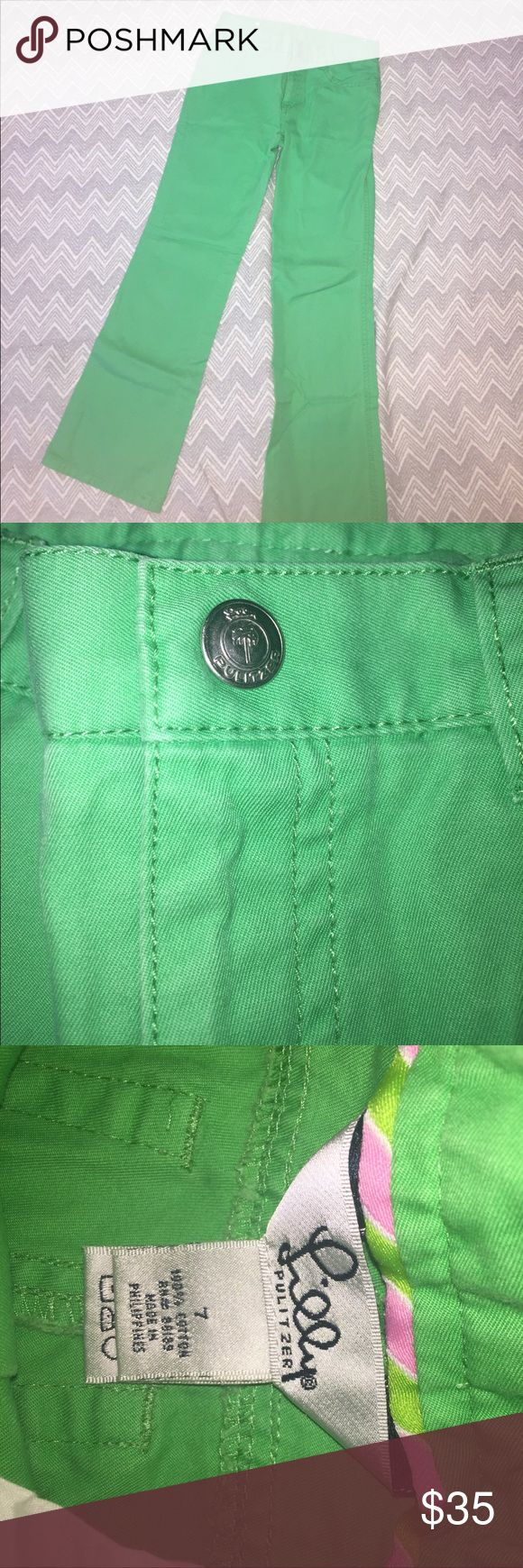"""Lilly Pulitzer Kelly Green pants Lilly Pulitzer Kelly green pants size 7. Beltloops and pockets. Silvertone snap with Lilly logo palm tree stamped """"lilly Pulitzer"""". From a smoke free and pet free home Lilly Pulitzer Bottoms"""