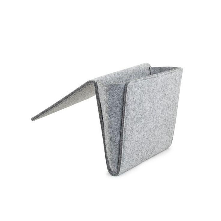"""Le """"Bedside Pocket"""" est l'endroit parfait pour garder tous vos accessoires de chevet; magazines, lunettes, téléphones, télécommande, etc. Convient à tous les lits et canapés!"""