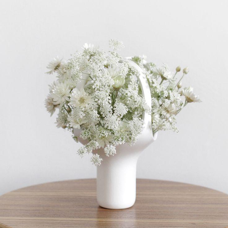 Heirloom est une série de vases en céramique émaillée, créés par Benjamin Graindorge pour Moustache. Ces vases design réinterprètent l'art japonais de l' « Ikebana » : une composition florale minimaliste où le vase a autant d'importance que les fleurs.