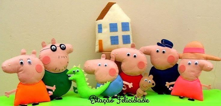 Kit Peppa Pig & Familia em feltro e feito 100% à mão!  Ideal para decoração de mesas de festas do tema ou, até mesmo, do quarto dos nossos filhotes!  Necessitam de suporte para ficarem em pé.    Itens do kit: Papai Pig, Mamãe Pig, Vô Pig, Vó Pig, Peppa Pig com ursinho Teddy, George Pig com Sr. Di...