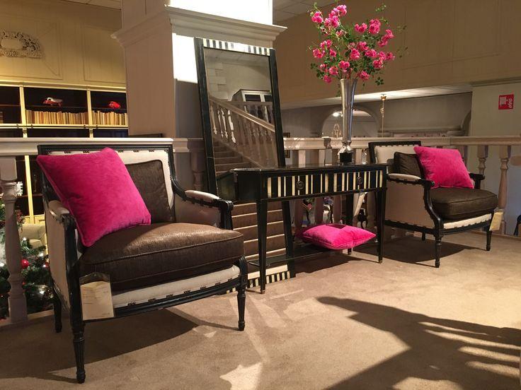 Klassiek interieur met rose tinten. Unieke zwarte wandtafel met spiegel en klassieke bruine fauteuils. Klassieke meubelen | klassiek interieur | classic furniture | tijdloos interieur