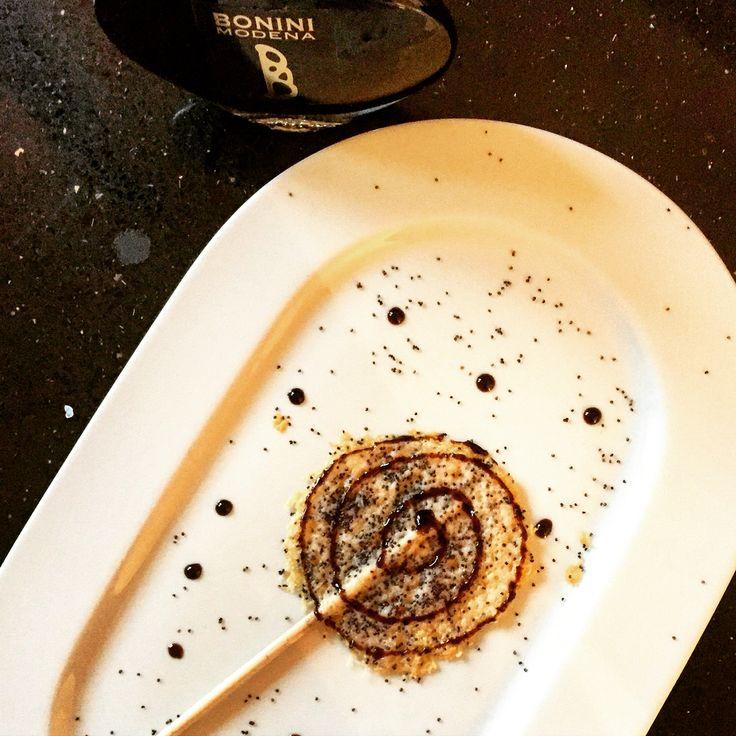 Lollipop di Parmigiano Reggiano DOP, semi di papavero e Bonini Balsamico Tradizionale DOP: per tornare bambini senza rinunciare al gusto e alla salute   #parmigianoreggiano #lollipop