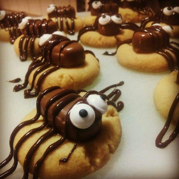 Spindelkakor av mördeg, dumle, smält choklad och ätbara ögon