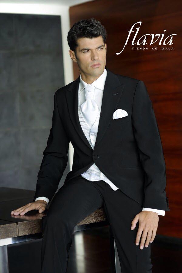 Traje de novio clásico  a colores blanco y negro , que harán  de ti el hombre mejor vestido de la noche