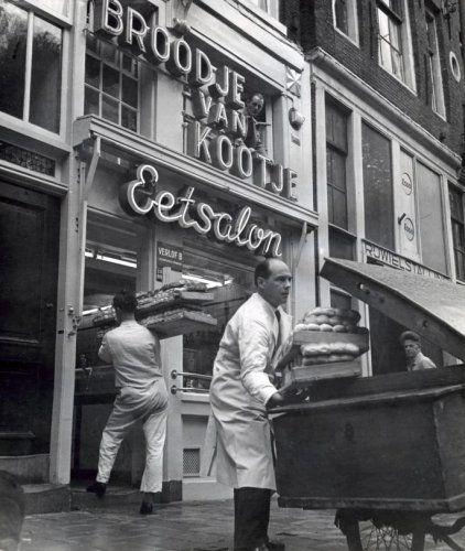 Amsterdam, jaren 50. Bakker bezorgt brood bij broodjeswinkel Broodje van Kootje op het Leidseplein.