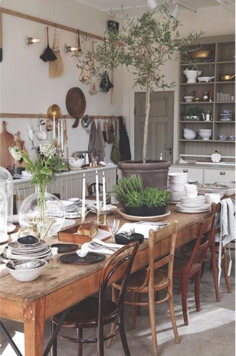 Traumhaft schöne Küche im natürlichen Lanhaus-Stil! Mix & Match vom Flohmarkt in Perfektion! Jeder Raum ein Hingucker: Mehr Wohninspiration für dein Zuhause auf www.gofeminin.de/living/album1178424/jeder-raum-ein-hingucker-moderne-wohninspiration-fur-dein-zuhause-0.html