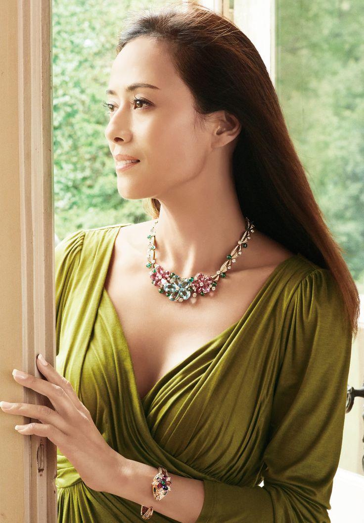 緑系のドレスを着る後藤久美子