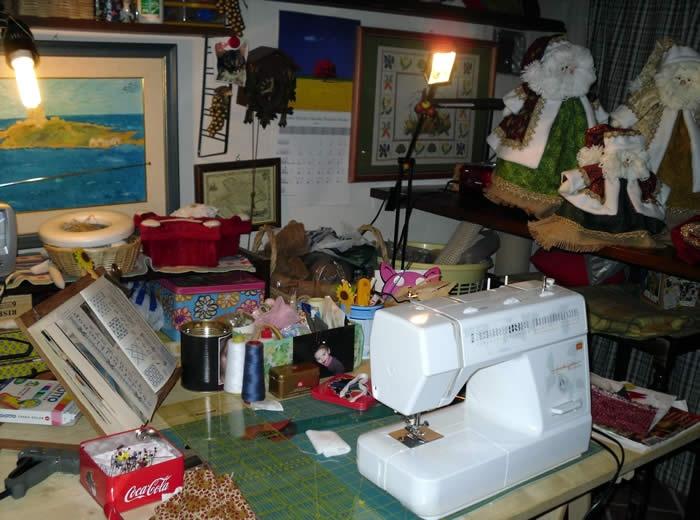 in laboratorio - Alcuni momenti dell'attività artistica nel laboratorio ai piedi dell'Etna.