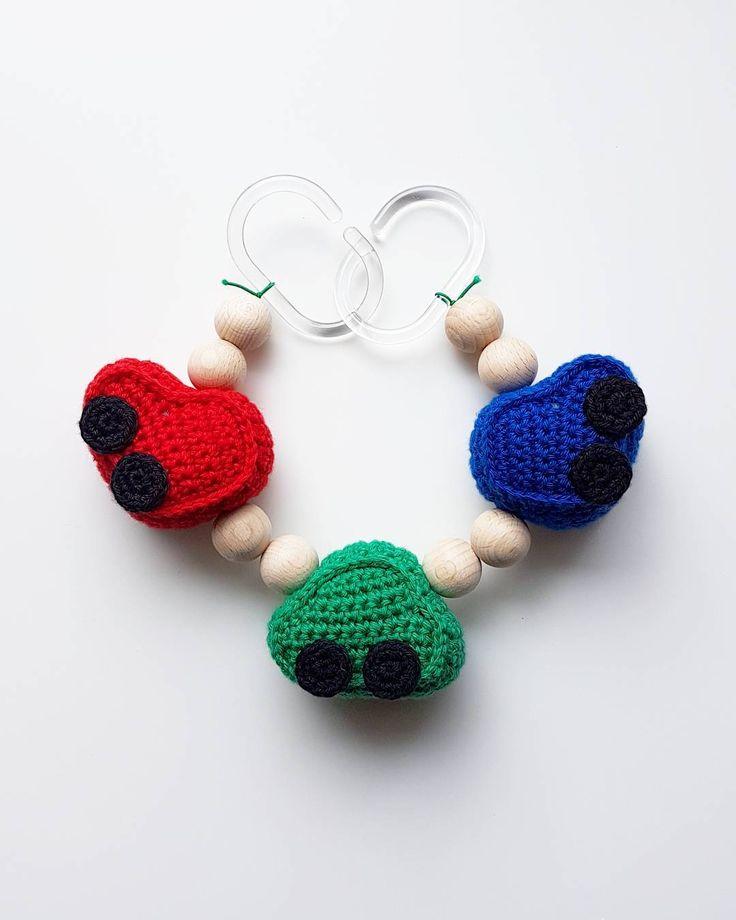 Bilmobil.  #virka #crochet #virkat #crocheting #virkar #crochetersofinstagram #crochetersanonymous #färgglatt #color #colors #garn #yarn #barnmobil #barn #virkattillbaby #virkattillbarn #bil #bilar #car #cars #ugglemobil #barnvagnsmobil #vagnmobil #polarnopyret #panduro #pandurohobby #strollerpendant #strollerchain #volvo #bilmobil