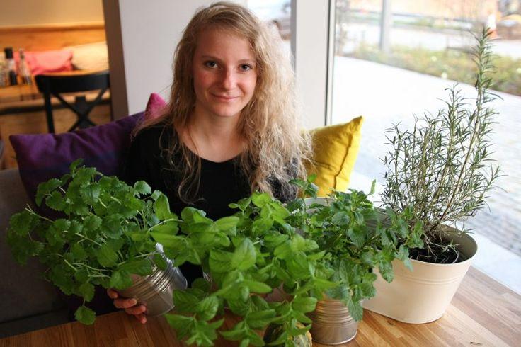 Aleksandra uprawia zioła w domu