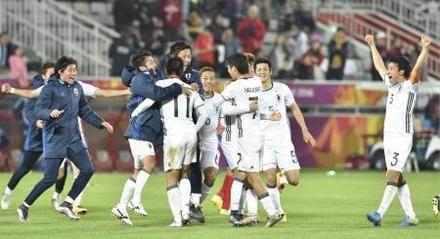 サッカーの男子U―23アジア選手権決勝で韓国を破り優勝、喜ぶ日本の選手たち=30日、ドーハ(共同)