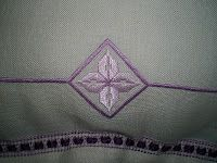 Misura cm 56x56. E' ricamato a punto antico su puro lino F.lli Graziano color grezzo e lilla con Ritorto Fiorentino n. 8 e n. 12 color lil...